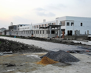 「カタツムリ賞」を受賞した場所。工場は9月に完成していたのに、道路工事は行政の怠慢が調査されるまで手がつけられなかった=12月27日、江蘇省泰州、延与光貞撮影