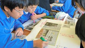 改訂案では読解力の向上に向け、新聞記事を国語教材などに活用することも提案されている。複数の記事を読み比べ、討論したり、文章にまとめたりする。写真は群馬県の中学校で行われた情報を読み解く力をつける授業で、複数の記事を読み、話し合う生徒ら=2016年11月