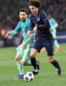 パリ・サンジェルマン戦で、ボールを競り合うバルセロナのメッシ(左)=AFP時事