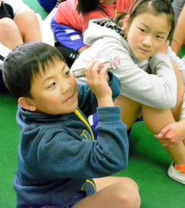 贈られた万華鏡をのぞき込む子どもたち=浜松市天竜区佐久間町相月の城西小学校、同校提供