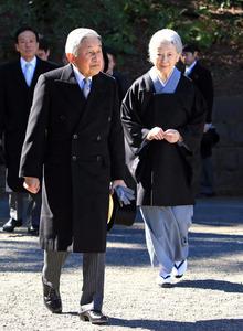 高松宮さまの墓に両陛下拝礼