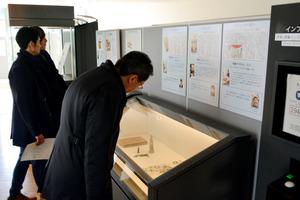 ナガサキノート展を訪れた人たち=長崎市平野町
