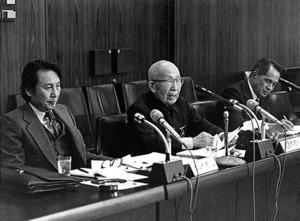 参考人として国会で意見を述べる遠藤三郎(中央)。このとき87歳だった=1980年10月31日