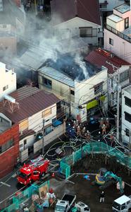 煙を上げる家屋=15日午後5時16分、東京都中野区南台4丁目、朝日新聞社ヘリから、堀英治撮影