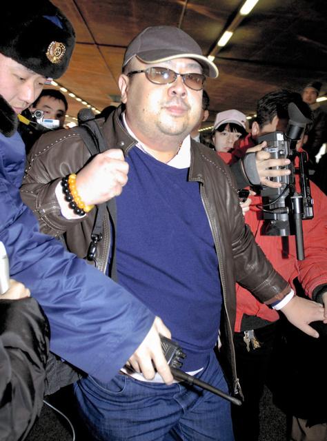 2007年2月、北京空港に到着した、北朝鮮の金正男氏とみられる男性=時事