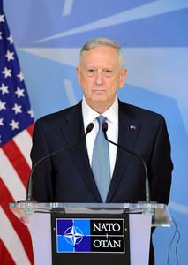 15日、ブリュッセルの北大西洋条約機構(NATO)国防相理事会に初参加したマティス米国防長官=AFP時事