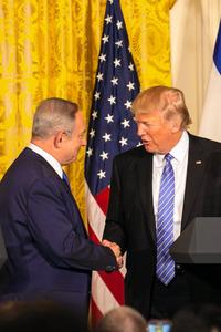 米ホワイトハウスの共同会見で15日、握手を交わすトランプ米大統領(右)とイスラエルのネタニヤフ首相=ワシントン、ランハム裕子撮影