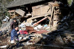 新所地区の住民が、亡くなった片島信夫さん、利栄子さん夫妻の自宅を訪れ手を合わせた=16日午前9時4分、熊本県南阿蘇村立野、小宮路勝撮影