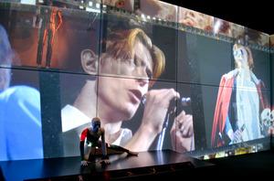 ボウイの動画や映像が目まぐるしく変化し、楽曲も鳴り響く。会場はライブハウスの趣に=東京都品川区の寺田倉庫G1ビル