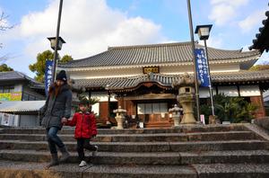 ばけもの槌が奉納された国前寺。本堂は国の重要文化財に指定されている=広島市東区
