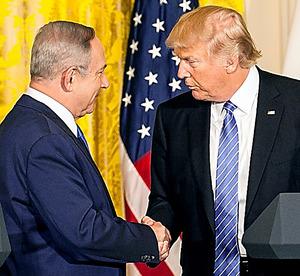 15日に米ホワイトハウスの共同会見で、握手を交わすトランプ米大統領(右)とイスラエルのネタニヤフ首相=ワシントン、ランハム裕子撮影