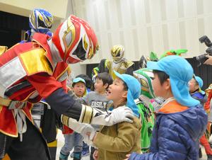 テックレンジャーが客席に登場し、大喜びする子どもたち=県庁
