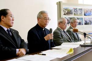 ゲルニカ訪問への思いを語るカトリック長崎大司教区の高見三明大司教(左から2人目)=16日、長崎市