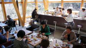 バーカウンターなどを改装したオーベルジュ土佐山のカフェ「コフレ」=高知市土佐山東川