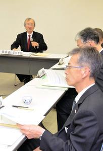 有識者会議で発言する河田恵昭・関西大学社会安全研究センター長(左奥)=高知市丸ノ内2丁目