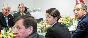 16日、ラブロフ外相(右端)との会談にのぞむティラーソン国務長官(左端)=AFP時事