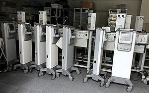 大阪市の医療機器販売会社の事務所内に並ぶ未承認の美容医療機器=関係者提供