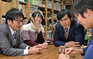 職人(右端)から「からくり箱」の説明を受ける特派員ら=神奈川県小田原市