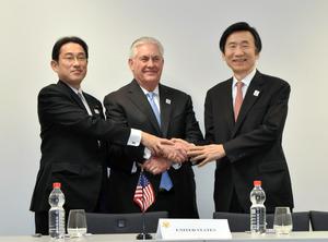 日米韓外相会談に臨む岸田文雄外相(左)とティラーソン国務長官(中央)、尹炳世韓国外相=ドイツ・ボン、代表撮影