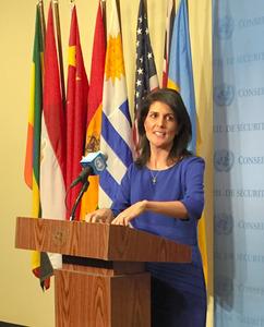 記者団との質疑に応じる米国のヘイリー国連大使=16日、米ニューヨークの国連本部、タマラ・エルワイリー撮影
