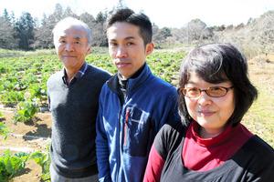 農業法人の人たちと畑の前に立つ羽塚さん(右)。「誰かの役に立っていると感じられる取り組みを続けたい」=つくば市下岩崎