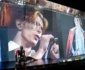 ボウイの動画や映像が目まぐるしく変化し、楽曲も鳴り響く。会場はライブハウスの趣に