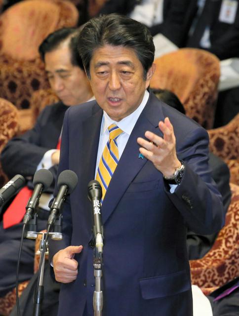 衆院予算委で、民進党の福島伸享氏の質問に答弁する安倍晋三首相=17日午後、岩下毅撮影