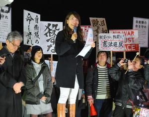 稲田朋美防衛相の発言をめぐり、抗議する市民ら=東京・永田町の国会前