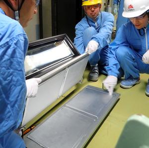 観測装置から取り出した原子核乾板=御前崎市作倉の中部電力浜岡原発