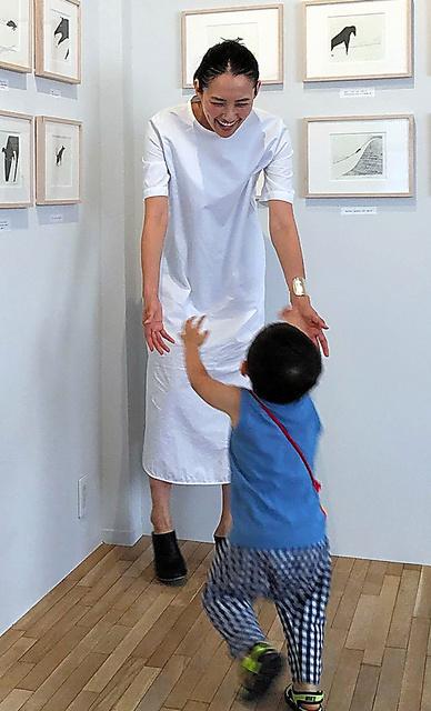 浜島さんらが昨年出版した絵本の原画展で息子と=事務所提供