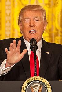 ホワイトハウスで16日、記者会見をするトランプ大統領=ワシントン、ランハム裕子撮影