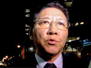 金正男氏の遺体が安置された病院前でマレーシア政府への抗議を報道陣に表明するカン・チョル駐マレーシア北朝鮮大使=17日午後11時40分、クアラルンプール、古谷祐伸撮影