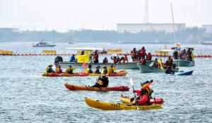 立ち入り禁止を示すフロート(浮き具)の周囲で、海上から抗議の声をあげる人たち=18日午前10時22分、沖縄県名護市の大浦湾、上遠野郷撮影