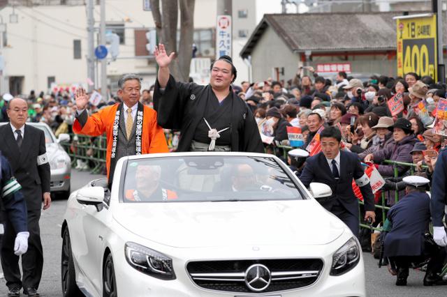 パレードで沿道に手を振る稀勢の里関=18日午後1時9分、茨城県牛久市、金川雄策撮影