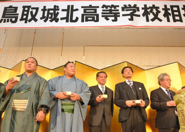 乾杯に臨む(左から)石浦、貴ノ岩と、貴乃花親方(右から2人目)=鳥取市今町2丁目