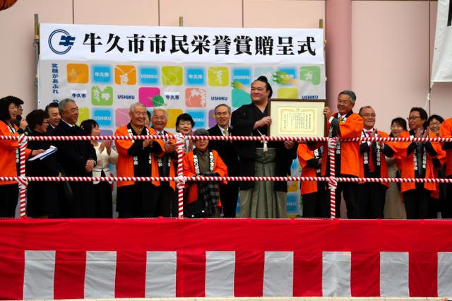 市民栄誉賞を受ける稀勢の里=18日午後、茨城県牛久市、金川雄策撮影