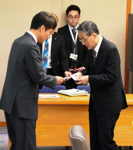 意見交換の前に名刺を交換する三反園訓知事(左)と田中俊一委員長=県庁
