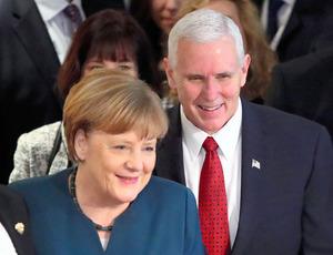 ミュンヘン安全保障会議で18日、米国のペンス副大統領(右)と一緒に歩くドイツのメルケル首相=ロイター