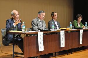 討論に臨む(左から)馬場有・浪江町長、阿部裕行・多摩市長ら=18日、多摩市