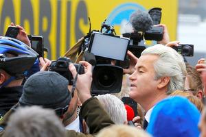 ロッテルダム近郊で18日、報道陣に囲まれる自由党(PVV)のウィルダース党首=ロイター