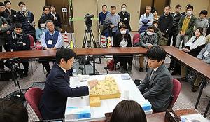 八代弥五段(右)-村山慈明七段の決勝を多くの将棋ファンが見守った=関田航撮影