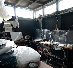 福島第一原発2号機の原子炉格納容器の内部調査で、カメラなどを遠隔操作する「仮設本部」=福島県大熊町、小玉重隆撮影