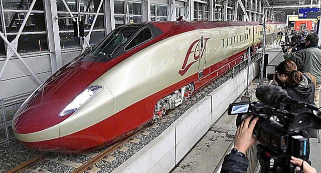 走行試験を再開したフリーゲージトレイン=昨年12月3日、熊本県八代市のJR新八代駅