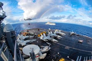 2月3日、太平洋上で演習に参加する米原子力空母カール・ビンソン(米海軍提供=AFP時事)。米国防総省当局者は18日、カール・ビンソンが南シナ海に入ったことを明らかにした