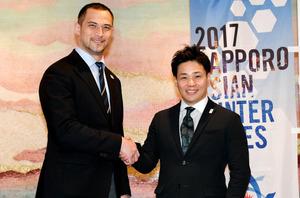 「うわー。手も大きいなあ」。札幌冬季アジア大会のPRアンバサダー(広報大使)を務める清水宏保さん(右)が、2020年東京五輪・パラリンピック組織委員会の室伏広治・スポーツ局長とがっちり握手=北村玲奈撮影