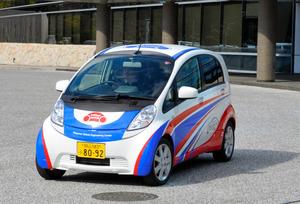 県などが開発した次世代電気自動車の実証実験車「OVEC―TWO」=岡山市北区芳賀