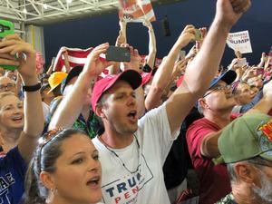 トランプ大統領の演説に大歓声で応じる支持者たち=18日、フロリダ州メルボルン、金成隆一撮影