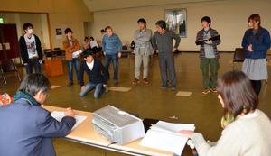 公演に向け練習に励む出演者たち=鯖江市東鯖江3丁目