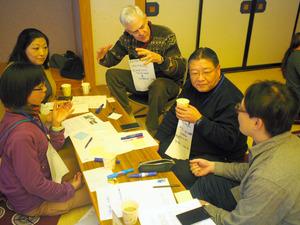 英語での表現について、トンプキンスさん(右から3人目)と話し合う参加者ら=1月24日、鶴岡市