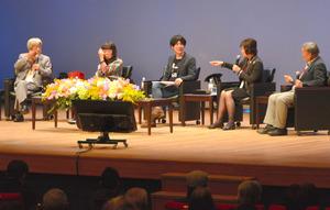 意見を交わす田原総一朗さん(左)ら=水戸市の県民文化センター